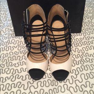 Stunning L.A.M.B snake skin peep toe  👠